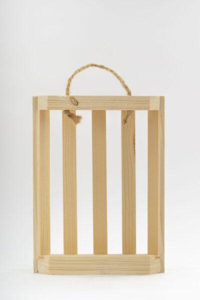Dreveny stojan pre okruhle flase Makovicke scaled 1 400x600 - Drevený stojan na budík